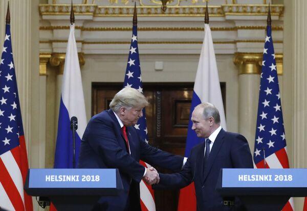 Durante su campaña y la primera parte de su presidencia, Trump declaró su intención de mejorar las relaciones con Rusia. Sin embargo, bajo su Administración, Washington aumentó la presión de las sanciones sobre Moscú. El país norteamericano hizo esfuerzos especiales para evitar la construcción del proyecto Nord Stream 2 que compite con las entregas de gas natural licuado de EEUU a Europa. En la foto: el presidente de EEUU, Donald Trump, y el presidente ruso, Vladímir Putin, se reúnen en Helsinki, julio de 2018.  - Sputnik Mundo