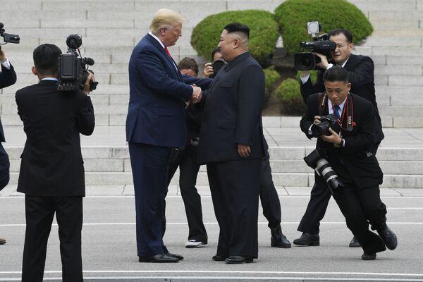 Donald Trump llegó a ser el primer presidente de EEUU en visitar Corea del Norte. En la foto: el presidente de EEUU, Donald Trump, y el líder norcoreano, Kim Jong-un, en la aldea fronteriza de Panmunjom en la zona desmilitarizada, junio de 2019. - Sputnik Mundo