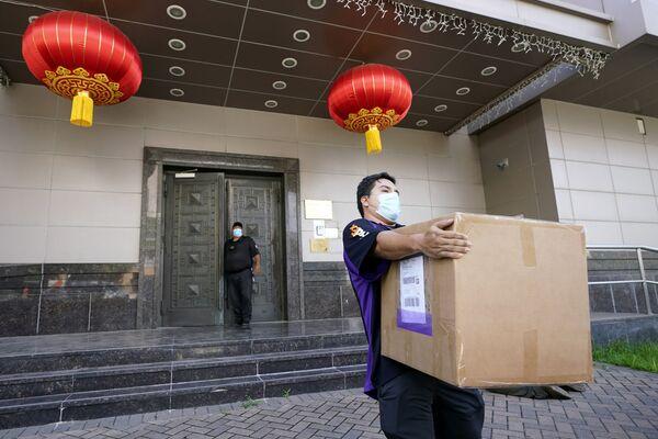 En julio de 2020, el Consulado General de China en Houston cerró a petición de EEUU en medio del continuo deterioro de las relaciones. Pekín calificó la decisión como una provocación política unilateral por parte de EEUU que viola gravemente el derecho internacional y los principios clave de las relaciones internacionales.  - Sputnik Mundo
