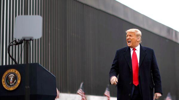Президент США Дональд Трамп во время посещения пограничной стены между США и Мексикой в Аламо, штат Техас - Sputnik Mundo