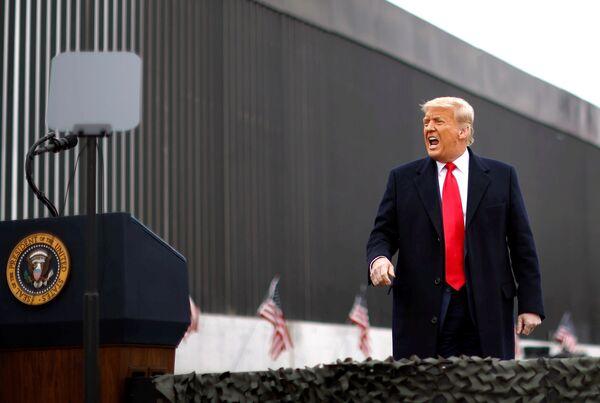 Una de las más famosas fue la promesa de Trump de construir un muro en la frontera con México. Sin embargo, este proyecto no se materializó. Desde enero de 2017 hasta el 18 de diciembre de 2020, se construyeron 704 km del muro, mientras que la longitud de la frontera entre EEUU y México es de 3.100 km. En la foto: Donald Trump durante una visita a Álamo, Texas, el 12 de enero de 2021.  - Sputnik Mundo