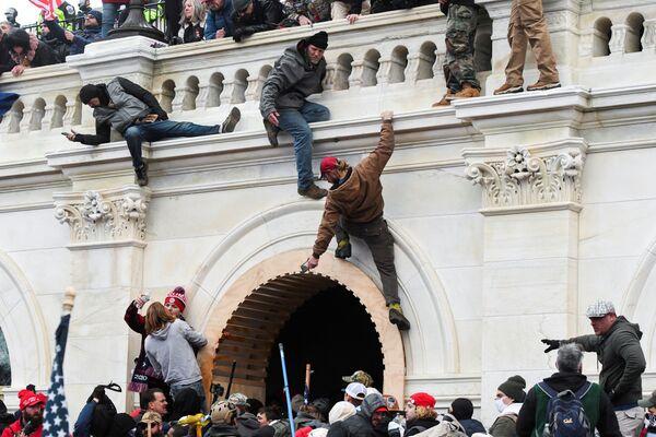 El 6 de enero de 2011, un acontecimiento sin precedente tuvo lugar en la historia moderna de Estados Unidos. Los partidarios de Trump, quienes rechazan los resultados de la elección presidencial y la derrota de su candidato, tomaron por asalto el Capitolio.  - Sputnik Mundo
