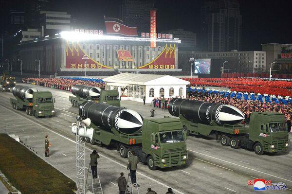 Durante el evento se presentaron al público los misiles balísticos estratégicos Pukguksong-5 basados en submarinos, que posteriormente fueron calificados por los medios locales como el arma más potente del mundo y que demuestra el poder de las Fuerzas Armadas revolucionarias de Corea del Norte. - Sputnik Mundo