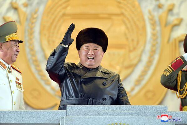 Se llevó a cabo en la plaza Kim Il-sung. El líder norcoreano Kim Jong-un lo vio desde una tribuna.  - Sputnik Mundo
