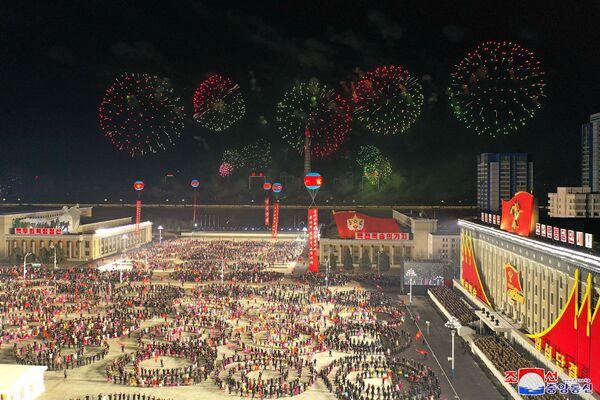 El VIII Congreso del Partido de los Trabajadores de Corea se celebró entre el 5 y el 12 de enero. En la foto: los fuegos artificiales adornan el cielo nocturno sobre la plaza Kim Il-sung en Pyongyang - Sputnik Mundo