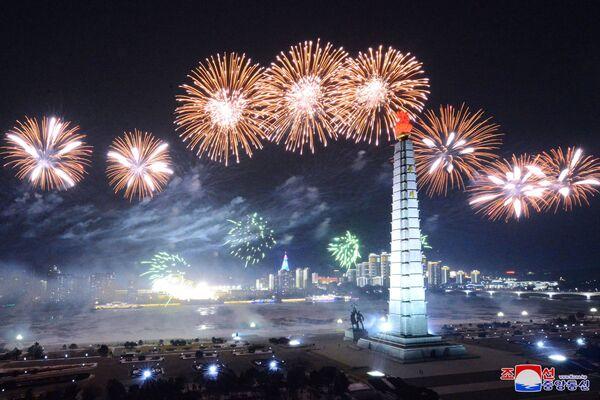 Al comparecer ante el público con un discurso, el líder norcoreano, Kim Jong-un, destacó a los amigos y adversarios de su país y prometió modernizar las armas nucleares de Corea del Norte como parte de su obligación para disuadir a las fuerzas enemigas. En la foto: los fuegos artificiales adornan el cielo nocturno sobre la plaza Kim Il-sung en Pyongyang - Sputnik Mundo