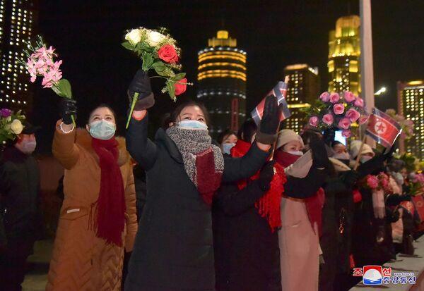 Los residentes de Pyongyang saludan a los participantes del desfile militar que se celebró con motivo del VIII Congreso del Partido de los Trabajadores de Corea. - Sputnik Mundo