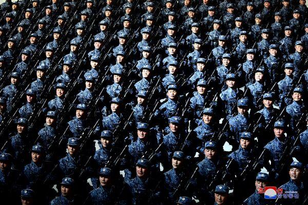 Los soldados marchan en la plaza durante el desfile celebrado con motivo del VIII Congreso del Partido de los Trabajadores de Corea. - Sputnik Mundo