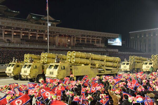 Corea del Norte exhibió también misiles tácticos y obuses autopropulsados más avanzados.  - Sputnik Mundo