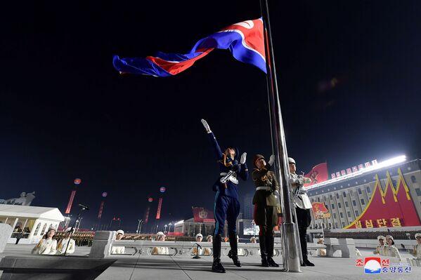 La bandera de Corea del Norte izada durante una ceremonia solemne celebrada con motivo del VIII Congreso del Partido de los Trabajadores de Corea. - Sputnik Mundo