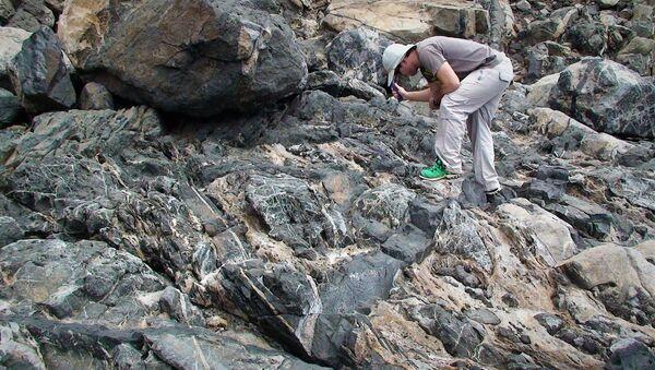 Miembros del equipo canario de investigación en el barranco Aulagar, de Las Palmas de Gran Canarias, durante un muestreo de rocas carbonatítas - Sputnik Mundo