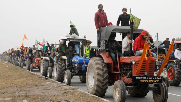Manifestantes indios protestan contra nuevas leyes agrarias - Sputnik Mundo