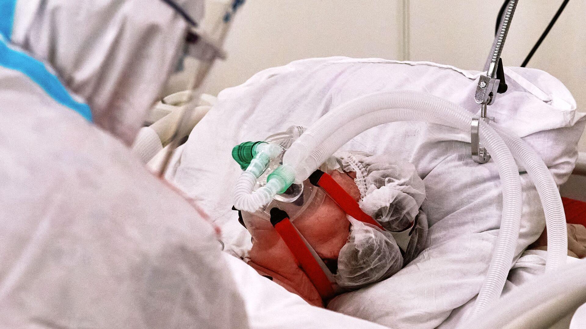 Un equipamiento médico suministra oxígeno para un paciente con el COVID-19 - Sputnik Mundo, 1920, 05.05.2021