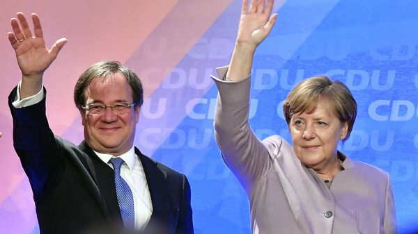 Armin Laschet y Angela Merkel (archivo) - Sputnik Mundo