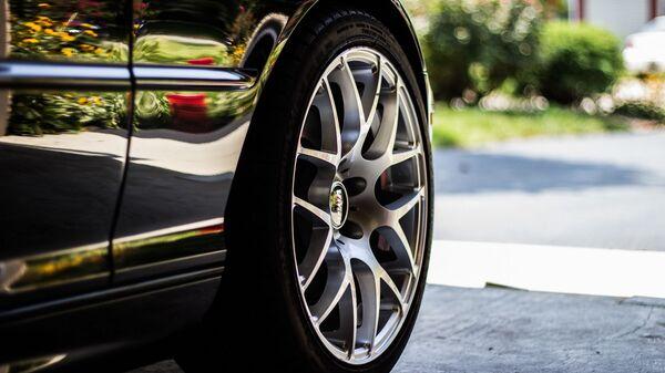 Un neumático de un coche (imagen referencial) - Sputnik Mundo
