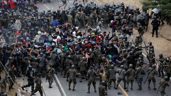 Represión de caravana de migrantes en Guatemala - Sputnik Mundo