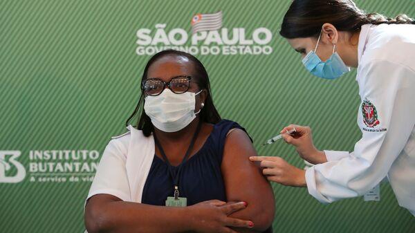 Monica Calazans durante la vacunación - Sputnik Mundo