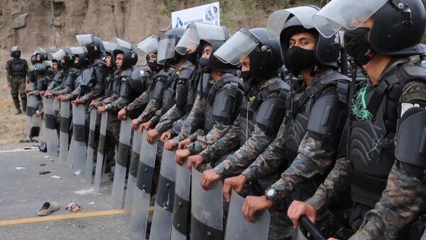 Policías y militares bloquean el paso de una caravana de migrantes hondureños en Guatemala - Sputnik Mundo