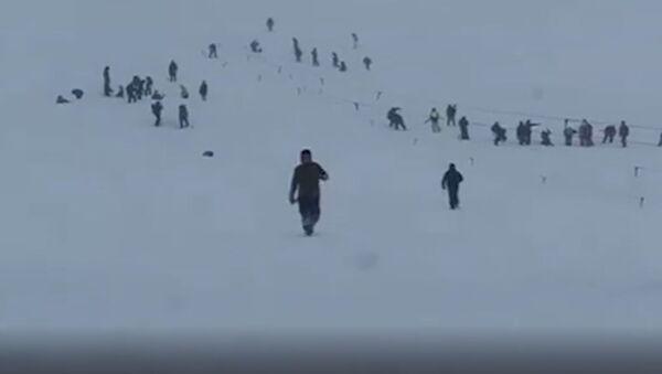 El momento exacto en que una avalancha entierra una estación de esquí en Rusia - Sputnik Mundo