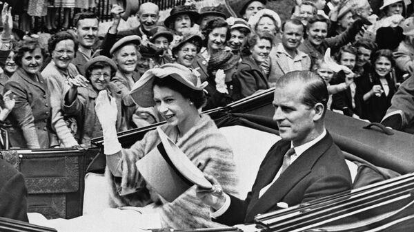 La reina Isabel II y el príncipe Felipe, duque de Edimburgo, en junio de 1952 - Sputnik Mundo