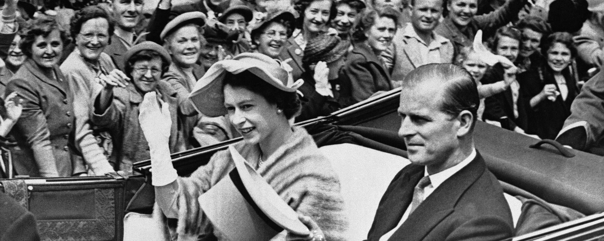 La reina Isabel II y el príncipe Felipe, duque de Edimburgo, en junio de 1952 - Sputnik Mundo, 1920, 18.01.2021