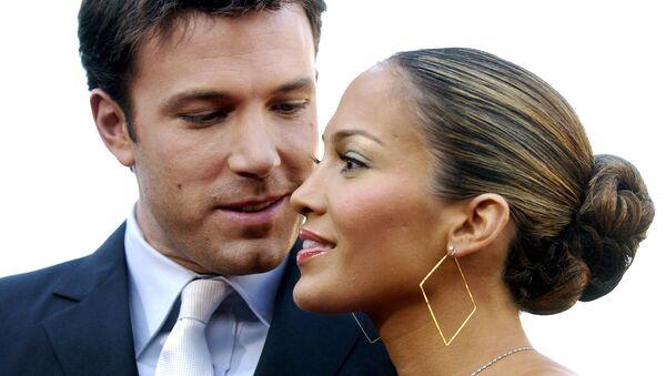 El actor Ben Affleck y su entonces prometida, la actriz y cantante Jennifer Lopez, en 2003 - Sputnik Mundo