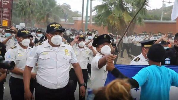 Policías y militares de Guatemala impiden el paso de la caravana de migrantes hondureños - Sputnik Mundo