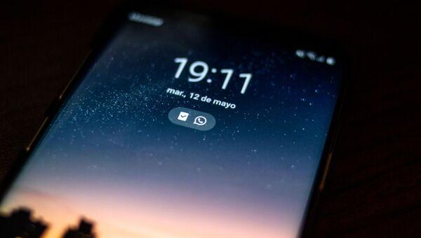 Un teléfono bloqueado, referencial - Sputnik Mundo