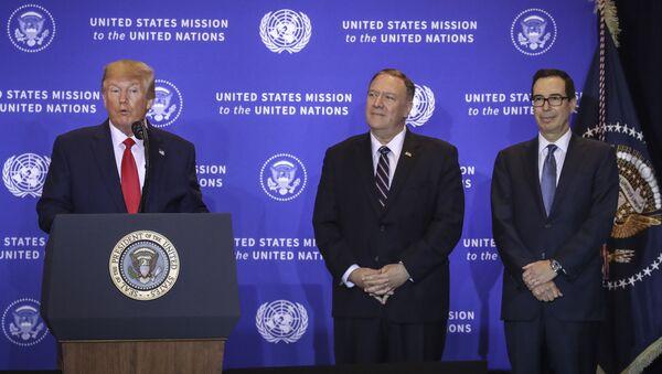El presidente saliente de EEUU, Donald Trump, el secretario de Estado, Mike Pompeo, el secretario del Tesoro, Steven Mnuchin - Sputnik Mundo
