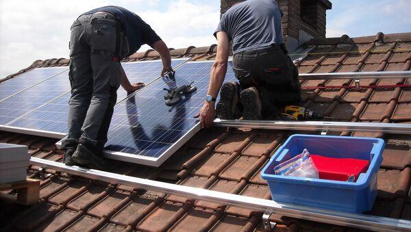 Imagen referencial de paneles solares en un tejado - Sputnik Mundo