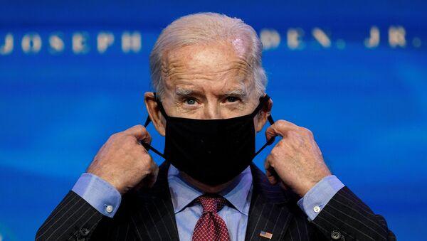 Joe Biden, presidente electo de EEUU, pone la mascarilla - Sputnik Mundo