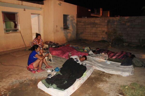 No es la primera vez que un terremoto de gran magnitud impacta en esta provincia argentina. En la foto: varias personas se preparan para dormir en la calle tras el terremoto. - Sputnik Mundo