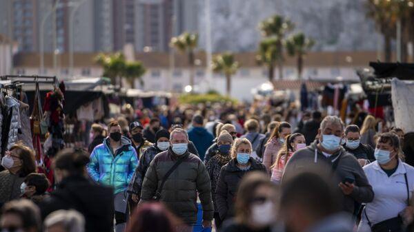 Gente con mascarillas en el mercadillo semanal de La Línea - Sputnik Mundo