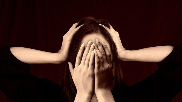 Una mujer se tapa la cara (imagen referencial) - Sputnik Mundo