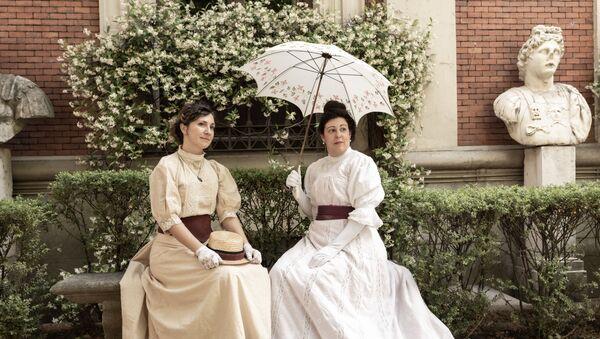 Mujeres vestidas con el estilo del siglo XIX - Sputnik Mundo