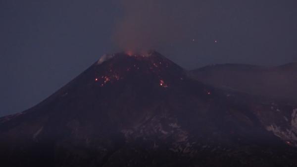 El volcán Etna vuelve a mostrar su carácter inflamable  - Sputnik Mundo