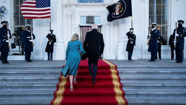 Joe Biden, presidente de EEUU con su esposa - Sputnik Mundo