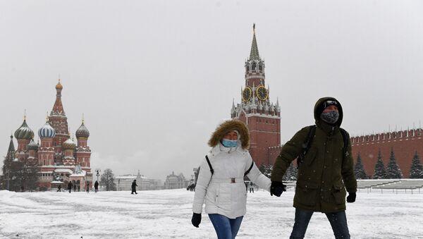 La gente en mascarillas en la Plaza Roja, Moscú - Sputnik Mundo