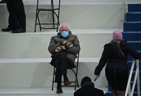 El senador Bernie Sanders, uno de los políticos estadounidenses de izquierdas más populares, acudió a la ceremonia con manoplas aunque los termómetros de Washington ese día marcaban 6 grados centígrados. Inmediatamente se convirtió en un héroe de las redes sociales.  - Sputnik Mundo