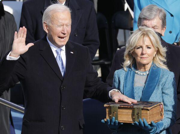 Para jurar el cargo, Biden se llevó una Biblia que pertenece a su familia desde 1893 y que ya había sido utilizada para prestar juramento como vicepresidente.  - Sputnik Mundo