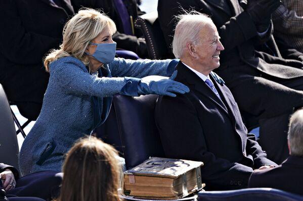 El presidente de Estados Unidos, Joe Biden, y la primera dama, Jill Biden, durante la investidura.   - Sputnik Mundo