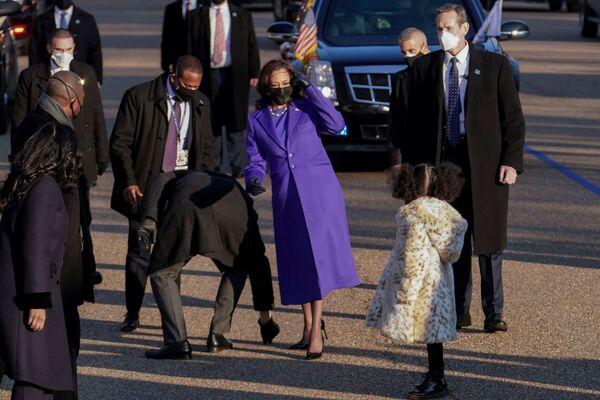 La vicepresidenta estadounidense, Kamala Harris, y su sobrina-nieta Amara Ajagu durante el desfile de investidura del presidente Joe Biden.   - Sputnik Mundo