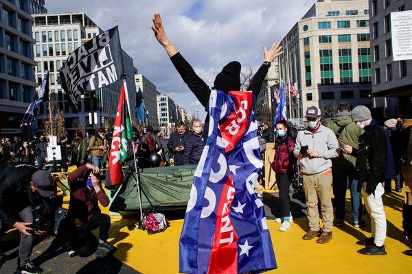Los partidarios de Joe Biden celebran su toma de posesión en las calles de Washington.   - Sputnik Mundo