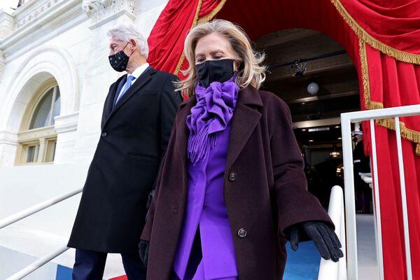 El expresidente estadounidense Bill Clinton y su esposa, Hillary, llegan a la ceremonia de investidura de Joe Biden.  - Sputnik Mundo