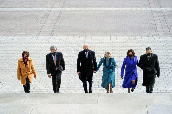 El presidente electo, Joe Biden, y su esposa, Jill, la vicepresidenta, Kamala Harris, y su marido, Doug Emhoff, los senadores Roy Blunt y Amy Klobuchar en las escaleras del Capitolio antes de la toma de posesión de Joe Biden.   - Sputnik Mundo