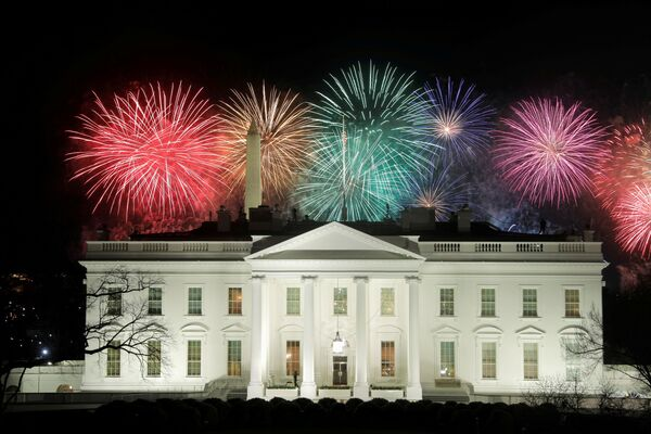La toma de posesión del 46 presidente fue seguida de un espectáculo de fuegos artificiales sobre la Casa Blanca.   - Sputnik Mundo