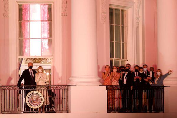 Nada más asumir el cargo, Joe Biden firmó varias órdenes ejecutivas que revocan las decisiones de su predecesor, Donald Trump, entre ellas el regreso de EEUU a la OMS, así como el Acuerdo Climático de París. Además, Biden dio marcha atrás a las restricciones de Trump a la entrada en Estados Unidos de ciudadanos de varios países musulmanes y anunció la paralización de la construcción de un muro en la frontera con México. También comunicó que su predecesor le había enviado una carta generosa, pero sin dar más detalles.En la foto: el presidente de EEUU, Joe Biden, y su esposa, Jill, en el balcón de la Casa Blanca durante los fuegos artificiales.   - Sputnik Mundo