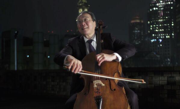 El violonchelista estadounidense de origen chino Yo-Yo Ma actúa durante el concierto Celebrating America para conmemorar la toma de posesión de Joe Biden.   - Sputnik Mundo
