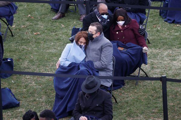 Los espectadores observan la toma de posesión de Joe Biden.  - Sputnik Mundo