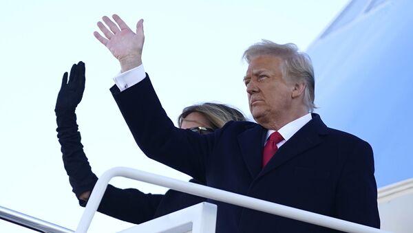 Donald Trump, y su esposa, Melania, se embarcan por última vez a bordo del avión presidencial  - Sputnik Mundo